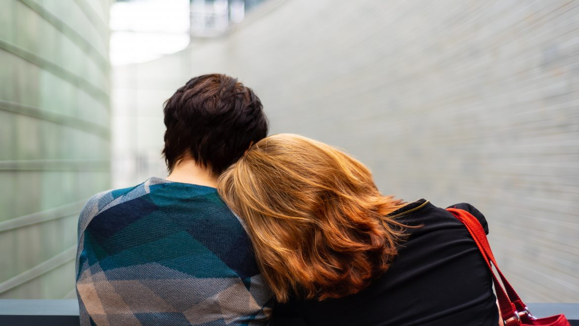 leaning on a friend's shoulder_expat nest tips for supporting a loved one through loss